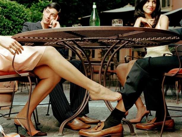 Картинки по запросу соблазнять мужчину нога на ногу