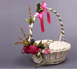 Оформить корзину из цветов своими руками