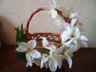 Корзина с искусственными цветами в подарок своими руками