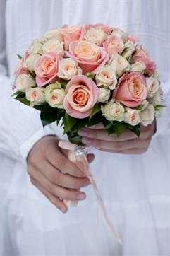 Букеты невесты с персиковыми цветами, составляет композицию