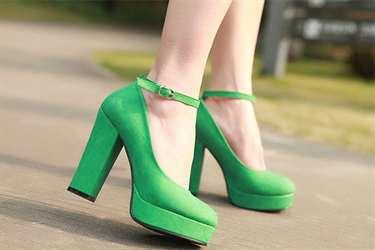Но с чем носить туфли зеленого цвета, чтобы на фото и вживую они не  смотрелись излишне вычурно  На этот вопрос постараемся ответить в этой  статье. 4af98e684aa