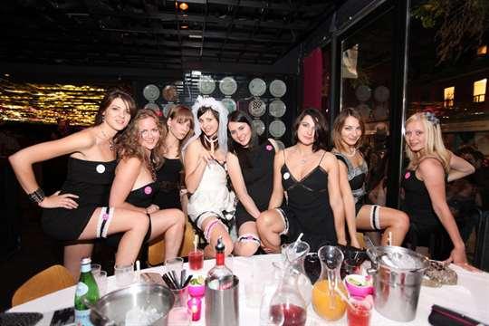 Жаркая вечеринка на девичнике, трахает жестко в попу