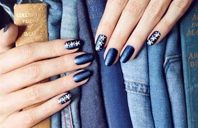 Как и чем отстирать лак для ногтей с белой и цветной одежды, джинсов, куртки, платья, футболки, кофты, ткани дивана, ковра? Отстирывается ли лак для ногтей с одежды?