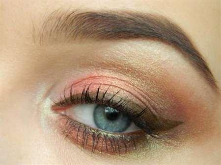 Макияж с персиковыми тенями и стрелками